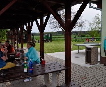 Pro dospělé pivo s výhledem na Labe a pro děti hřiště